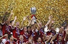 Jogadores do Milan comemoram o título da Supercopa da Itália depois de derrotarem a rival Inter de Milão, no estádio Ninho do Pássaro, em Pequim, na China. 06/08/2011 REUTERS/David Gray