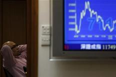 Мужчина следит на экране за падением Hang Seng, ключевого индекса на фондовой бирже в Гонконге 5 августа 2011 года. Фондовые рынки Азии обрушились в понедельник, после того как агентство Standard & Poor's лишило США высшего кредитного рейтинга. REUTERS/Tyrone Siu