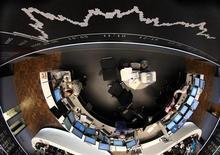 Электронное табло, показывающее динамику индекса DAX, на фондовой бирже во Франкфурте-на-Майне 5 августа 2011 года. Европейские акции возобновили снижение в понедельник после непродолжительного подъёма, так как сокращение долгового рейтинга США укрепило опасения новой рецессии крупнейшей мировой экономики. REUTERS/Ralph Orlowski