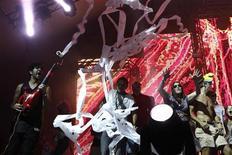 """""""Girl Talk"""" se apresenta no festival de música Lollapalooza, no Grant Park em Chicago, em 5 de agosto. O Lollapalooza começou na sexta-feira com tempo quente e ensolarado, mas terminou na noite de domingo como uma festa dançante no meio da chuva e da lama. 05/08/2011 REUTERS/Jim Young"""