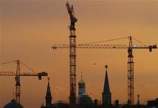 Строительные краны в Москве 27 ноября 2006 года. Рынок жилья РФ оживился в первом полугодии 2011 года, показав рост числа сделок купли-продажи квартир в среднем на 37 процентов, но цены не успевают за ними из-за ограниченной платежеспособности населения. REUTERS/Thomas Peter