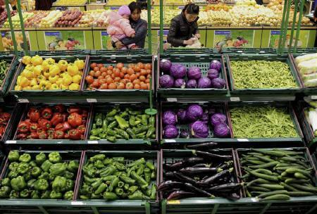 8月9日、中国の7月CPIは前年比6.5%上昇となった。伸びはエコノミストの減速予想に反し、6月の6.4%から若干加速。写真は昨年3月、安徽省のスーパーマーケットで撮影(2011年 ロイター)