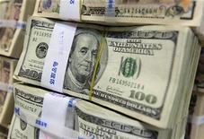 Стодолларовые банкноты в главном здании Korea Exchange Bank в Сеуле, 2 августа 2011 года. Акционеры российской сети гипермаркетов Лента договорились о продаже компании, положив конец многомесячной корпоративной войне, сказали Рейтер три источника, близких к сделке. REUTERS/Jo Yong-Hak