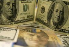 """Банкноты доллара США и швейцарского франка в банке в Будапеште, 8 августа 2011 года. Доллар упал на 2 процента к франку и на 1 процент к иене, так как инвесторы во вторник продолжают искать убежища для своих активов в валютах """"тихой гавани"""". REUTERS/Bernadett Szabo"""