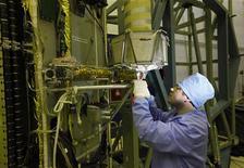 Инженер налаживает спутник ГЛОНАСС-К на предприятии Информационные спутниковые системы имени Решетнева в Железногорске, 31 марта 2011 года. Россия заручилась поддержкой финской Nokia в попытке сохранить второе место на рынке систем спутникового позиционирования, где безраздельно правит американская GPS, и надеется в ближайшие три-четыре года совершить рывок в распространении своей технологии на мировой рынок. REUTERS/Ilya Naymushin