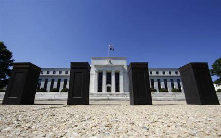 8月9日、FRBが発表した連邦公開市場委員会の声明で、超低金利政策を少なくとも2年間は維持する方針を表明した。写真はワシントンのFRB本部。6月撮影(2011年 ロイター/Jim Bourg)