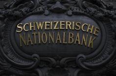 """Надпись """"Национальный банк Швейцарии"""" на здании Центробанка в Берне, 29 июля 2011 года. Национальный банк Швейцарии пообещал бороться с укреплением считающегося """"тихой гаванью"""" франка, в том числе за счет повышения ликвидности в местной валюте на денежном рынке. REUTERS/Pascal Lauener"""