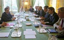 Президент Франции Николя Саркози (слева) проводит встречу в Елисейском дворце с главой ЦБ Кристианом Нуайе, министром финансов Франсуа Баруаном, премьер-министром Франсуа Фийоном и главой МИД Аленом Жюппе, 10 августа 2011 года. Президент Франции Николя Саркози в среду поручил министрам финансов и бюджета отыскать новые способы сокращения дефицита, так как рынки напуганы состоянием финансов страны и банковского сектора вследствие понижения рейтинга США. REUTERS/Denis/Pool