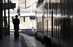 <p>Foto de archivo de una persona en la estación de trenes de Ostbahnhof, Alemania, oct 26 2010. Una tarántula dio un susto a los trabajadores de la concurrida estación de trenes berlinesa de Ostbahnhof al salir de un bolso que había sido abandonado en un vagón, dijo el jueves la policía. REUTERS/Fabrizio Bensch</p>