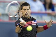 O sérvio Novak Djokovic durante jogo contra o francês Gael Monfils, em Montreal. O reino de Djokovic como número 1 do mundo do tênis se manteve intocado quando o sérvio derrotou o francês por 6-2 e 6-1 e se classificou com facilidade para as semifinais do Masters de Montreal na sexta-feira. 12/08/2011   REUTERS/Christinne Muschi