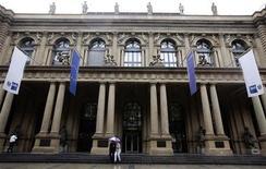 Здание Франкфуртской фондовой биржи, 9 августа 2011 года. Европейские рынки акций выросли в начале торгов в понедельник, продолжая восстановительное ралли. REUTERS/Kai Pfaffenbach