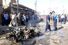 Часть остова автомобиля, в который была заложена бомба, взорвавшаяся в Эль-Куте, 15 августа 2011 года. Как минимум 34 человека погибли в иракском городе Эль-Кут в результате двух взрывов, сообщили в понедельник полиция и местные чиновники. REUTERS/Jaafer Abed