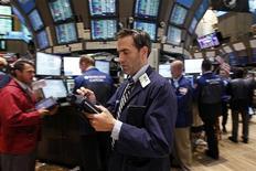Трейдеры на Нью-Йоркской фондовой бирже 12 августа 2011 года. Фондовые индексы США снизились в начале торгов вторника после неутешительных данных о ВВП Германии и еврозоны, возродивших страх инвесторов перед глобальным экономическим спадом.  REUTERS/Jessica Rinaldi