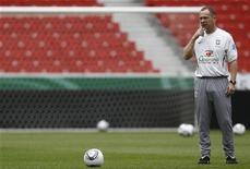 Técnico Mano Menezes comanda treino do Brasil em Stuttgart antes de amistoso com a Alemanha. 09/08/2011 REUTERS/Alex Domanski
