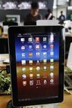 Планшетный компьютер Galaxy Tab 10.1 от Samsung Electronics в штаб-квартире южнокорейского оператора связи KT в Сеуле 10 августа 2011 года. Samsung может продавать свой планшетный компьютер Galaxy, считающийся наиболее перспективным конкурентом iPad, в большинстве стран Европы, так как немецкий суд во вторник ограничил запрет на продажу только самой Германией. REUTERS/Jo Yong-Hak