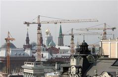 Строительные краны в Москве 15 августа 2006 года. Израильская девелоперская компания Mirland с активами в России вдвое снизила чистую прибыль в первой половине текущего года из-за финансовых расходов, несмотря на удвоение выручки, сообщил Mirland в среду. REUTERS/Grigory Dukor