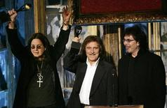 Члены рок-группы Black Sabbath на церемонии включения в Зал славы рок-н-ролла в Нью-Йорке, 13 марта 2006 года. Гитарист Black Sabbath Тони Айомми во вторник опроверг сообщения о том, что легендарная британская рок-группа воссоединится в оригинальном составе. REUTERS/Mike Segar