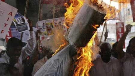 Activists from Communist Party of India (CPI) and supporters of veteran social activist Anna Hazare burn an effigy representing the UPA government during a protest in support of Hazare and against corruption, in Hyderabad August 17, 2011. REUTERS/Krishnendu Halder