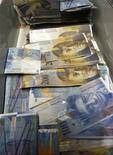 Банкноты швейцарского франка разного номинала в банке в Цюрихе 16 августа 2011 года. Швейцарский франк упал к доллару и евро в четверг, при этом инвесторы ссылаются на слухи о том, что Национальный банк Швейцарии добавил ликвидности, выйдя на валютный рынок срочных сделок. REUTERS/Arnd Wiegmann