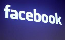 <p>Foto de archivo del logo de Facebook en su casa matriz de Palo Alto, EEUU, mayo 26 2010. Una jueza federal de Estados Unidos ordenó a Paul Ceglia, un hombre de Nueva York que reclama ser el dueño de gran parte de Facebook, entregar los archivos, correos electrónicos y computadoras vinculados con su afirmación de ser el poseedor de la mitad de las acciones de la red social de Mark Zuckerberg. REUTERS/Robert Galbraith</p>