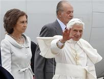 Pope Benedict XVI waves as he is welcomed by Spain's King Juan Carlos (R) and Queen Sofia (L) after arriving at Madrid's Barajas airport from Rome, August 18, 2011.  REUTERS/Tony Gentile