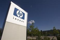 Логотип HP перед офисом компании недалеко от Женевы 4 августа 2009 года. Hewlett-Packard Co может выделить в отдельную компанию свой крупнейший в мире бизнес по производству персональных компьютеров и прекратить производство планшетов, сообщила компания, которая проводит радикальную реорганизацию. REUTERS/Denis Balibouse