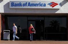 Люди перед входом в офис Bank of America в Тусконе, штат Аризона, 21 января 2011 года. Bank of America сократит 3.500 рабочих мест в этом квартале и проведет реструктуризацию, которая может привести к ликвидации еще тысяч позиций, сообщила газета Wall Street Journal.  REUTERS/Joshua Lott