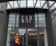 Женщина проходит мимо магазина Gap в Сан-Франциско 18 августа 2011 года. Квартальная прибыль американского ритейлера одежды Gap Inc превзошла ожидания аналитиков, несмотря на падение продаж и потерю компанией примерно четверти доли на рынке в этом году.  REUTERS/Robert Galbraith