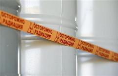 Бочки с уарновым концентратом на урановом месторождении Инкай в Казахстане 5 июня 2010 года. Белоруссия решила приостановить работу над совместными с США проектами по вывозу с ее территории высокообогащенного урана в ответ на санкции Вашингтона. REUTERS/Shamil Zhumatov