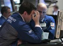 Трейдеры на торгах Нью-Йоркской фондовой биржи 18 августа 2011 года. Фондовые индекс Уолл-стрит снизились в начале торгов пятницы из-за страха инвесторов перед повторной рецессией США. REUTERS/Brendan McDermid