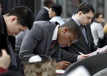 Люди изучают документы на ярмарке вакансий 2009 CUNY Big Apple Job Fair в Нью-Йорке  20 марта 2009 года. Экономика США растет так медленно, что на снижение безработицы до нормальных показателей уйдут годы, сказала в пятницу глава Федерального резервного банка Кливленда Сандра Пианалто. REUTERS/Shannon Stapleton/Files