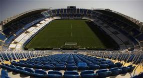 """Вид на поле стадиона """"Ля Росаледа"""" в Малаге 17 августа 2011 года. Чемпионат Испании по футболу не начнется в наступающие выходные - из-за забастовки профсоюза игроков (AFE) начало сезона перенесено на неопределенное время, сообщила Профессиональная футбольная лига Испании в пятницу (LFP). REUTERS/Jon Nazca"""