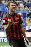 Jogador do Manchester City Dzeko comemora gol contra o Bolton Wanderers. REUTERS/Nigel Roddis