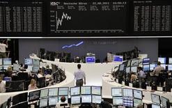 Трейдеры на Франкфуртской фондовой бирже 22 августа 2011 года. Европейские фондовые рынки восстановились в понедельник, так как акции Eni, крупнейшего зарубежного нефтяного оператора в Ливии, подскочили в надежде на завершение конфликта в стране, а также из-за того, что инвесторы активно покупают акции, сильно подешевевшие в последнее время.  REUTERS/Remote/Sonya Schoenberger