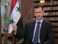 Президент Сирии Башар аль-Асад во время интервью на телевидении в Дамаске 21 августа 2011 года. Президент Сирии Башар аль-Асад ответил отказом на призывы Запада уйти в отставку, и в эфире сирийского ТВ предупредил, что даст отпор любой попытке военного вмешательства извне.   REUTERS/Syrian TV/Reuters TV