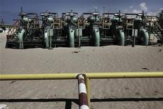 Трубы на НПЗ в Эз-Зуэйтине, недалеко от города Адждабия не северо-востоке Ливии, 22 марта 2011 года. Российские нефтяные компании не будут допущены к возобновлению работ в Ливии, если повстанцам и НАТО удастся свергнуть режим Муаммара Каддафи, считает глава российско-ливийского делового союза Арам Шегунц. REUTERS/Finbarr O'Reilly