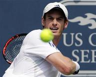 Andy Murray durante jogo contra Novak Djokovic no Aberto de Cincinnati, em Ohio. Murray conquistou o título do Masters de Cincinnati neste domingo quando seu adversário na final, o sérvio e número um Novak Djokovic, desistiu por estar contundido. 21/08/2011  REUTERS/John Sommers II