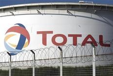 Нефтехранилище Total в Гранпюи 13 октября 2010 года. Citigroup снизила прогноз цены на нефть до одного из наиболее низких показателей среди крупнейших банков в связи с медленным экономическим ростом и вероятным возобновлением поставок из Ливии.     REUTERS/Charles Platiau