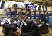 Трейдеры на Нью-Йоркской фондовой бирже 22 августа 2011 года. Фондовые индексы США выросли в начале торгов вторника на фоне мирового подъема акций, обусловленного менее мрачными перспективами Китая и еврозоны, чем ожидалось. REUTERS/Brendan McDermid