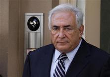 Бывший глава МВФ Доминик Стросс-Кан покидает временное жилище в Нью-Йорке, направляясь на заседание суда, 23 августа 2011 года. Верховный суд Нью-Йорка снял обвинения в сексуальных домогательствах и попытке изнасилования с Доминика Стросс-Кана, формально закрыв процесс над бывшим главой МВФ. REUTERS/Eduardo Munoz