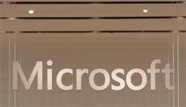 <p>Foto de archivo del logo de Microsoft impreso sobre una ventana de su primer tienda minorista de Scottsdale, EEUU, oct 22 2011. La empresa estadounidense de software Microsoft desarrollará y comercializará productos de computación en nube en China con un socio de ese país, un patrón que el gigante del software podría usar como modelo en otros mercados emergentes, dijo el martes un ejecutivo. REUTERS/Joshua Lott</p>