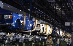 Завод Автоваза в Тольятти 25 сентября 2009 года. Крупнейший в РФ автопроизводитель Автоваз ждет чистую прибыль в 2011 году в размере 3,5-3,6 миллиарда рублей, сказал журналистам глава компании Игорь Комаров.   REUTERS/Denis Sinyakov