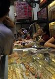 Магазин золотых украшений в Ханое, 22 августа 2011 года. Цены на золото растут после резкой коррекции накануне, так как инвесторы не хотят продавать, ожидая новостей с конференции ФРС США. REUTERS/Nguyen Huy Kham