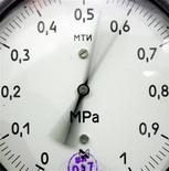 Датчик давления на месторождении Южно-Русское под Новым Уренгоем 18 декабря 2007 года. Тарифы трубопроводной монополии Транснефть на прокачку нефти вырастут с сентября 2011 года на 2,8 процента, c ноября - еще на 5 процентов, сообщил представитель Федеральной службы по тарифам (ФСТ). REUTERS/Denis Sinyakov