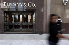 Женщина проходит мимо магазщина Tiffany & Co. в Сан-Паулу 29 июля 2011 года. Легендарный производитель предметов роскоши Tiffany & Co увеличил годовой прогноз прибыли, сообщив о превысивших ожидания Уолл-стрит результатах за второй квартал. REUTERS/Nacho Doce