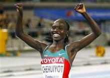 A queniana Vivian Cheruiyot comemora vitória dos 10 mil metros feminino no Campeonato Mundial de Atletismo em Daegu, Coreia do Sul. 27/08/2011  REUTERS/Kai Pfaffenbach