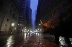 """Скульптура быка на Уолл-стрит в Нью-Йорке, 28 августа 2011 года. Американский фондовый рынок готовится к очередной неделе волнений, и хотя ураган """"Айрин"""" не нанес серьезного ущерба, перебои в работе общественного транспорта возле Уолл-стрит могут негативно сказаться на объеме торгов. REUTERS/Mike Segar"""