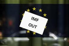 Постер противников Международного валютного фонда в Дублине, 14 июля 2011 года. Европа прохладно отреагировала на требование главы Международного валютного фонда Кристин Лагард заставить банки наращивать капитал, заявив, что сделала уже достаточно. REUTERS/Cathal McNaughton