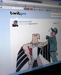 <p>Cuenta oficial en el sitio Twitpic del caricaturista brasileño Carlos Latuff, ago 29 2011. Sus caricaturas son mordaces, audaces y una espina en el costado para las autoridades del mundo árabe, aunque un regalo a los manifestantes desde el impensado entorno de un departamento en Río de Janeiro. REUTERS/Sergio Moraes</p>