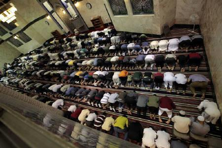 Muslims pray at King Fahad Mosque on the first day of the Muslim fasting month of Ramadan in Culver City, Los Angeles, California August 1, 2011.  REUTERS/Lucy Nicholson/Files
